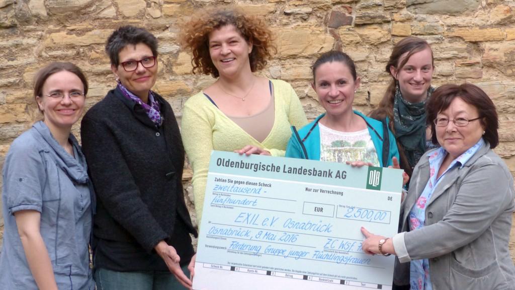 Über 2.500 Euro freuen sich Tabea Kriesten (l.), Corinna Baumann (2.v.r.) und Rosa Friesen (r.). Das Geld hatte der Zonta-Club bei einer 20er Jahre-Benefiz-Revue gesammelt.