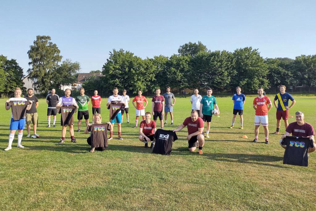 Exil-Geschäftsführerin Marlene Schriever und die Mannschaft vom FC Cordonia präsentieren die Regenbogentrikots